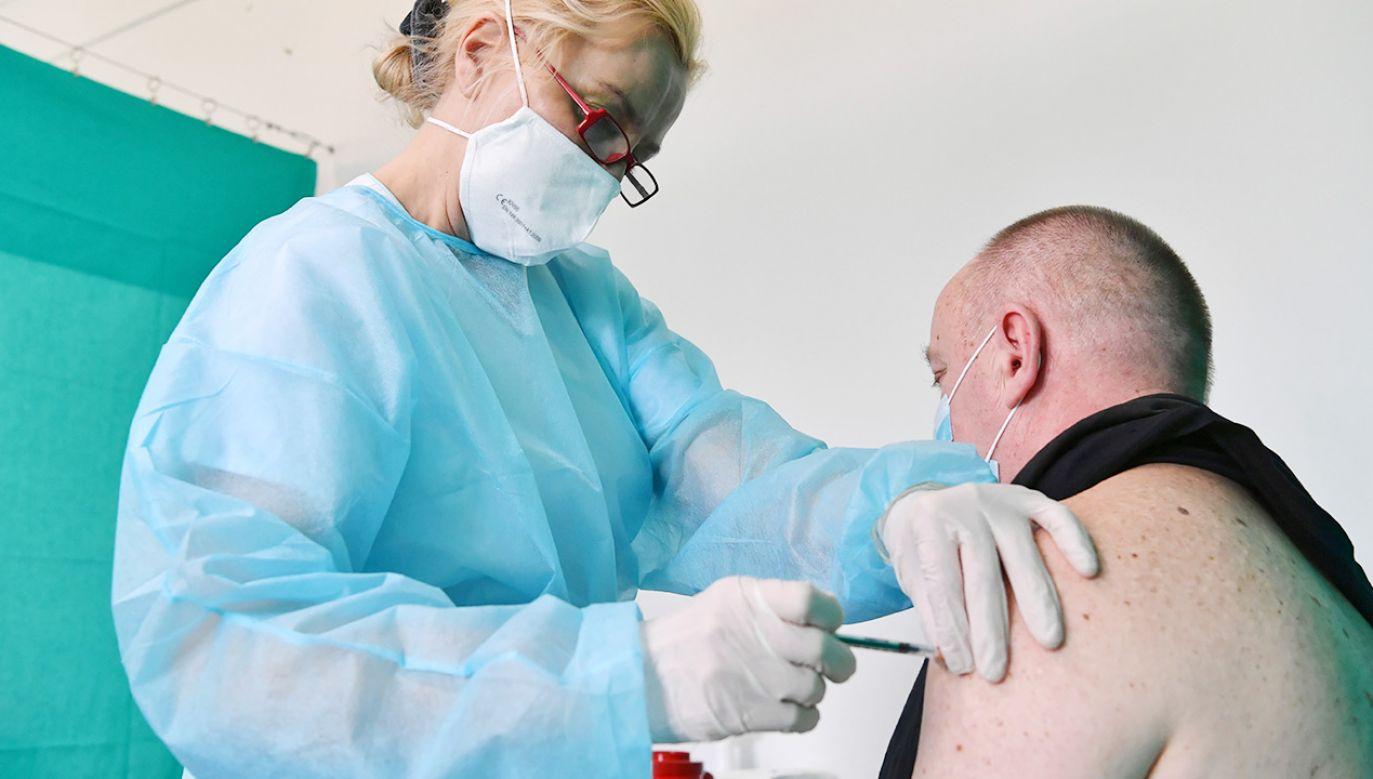 Rozważane jest wprowadzenie szczepień wśród rodzin pracowników dużych firm (fot. PAP/Piotr Nowak)