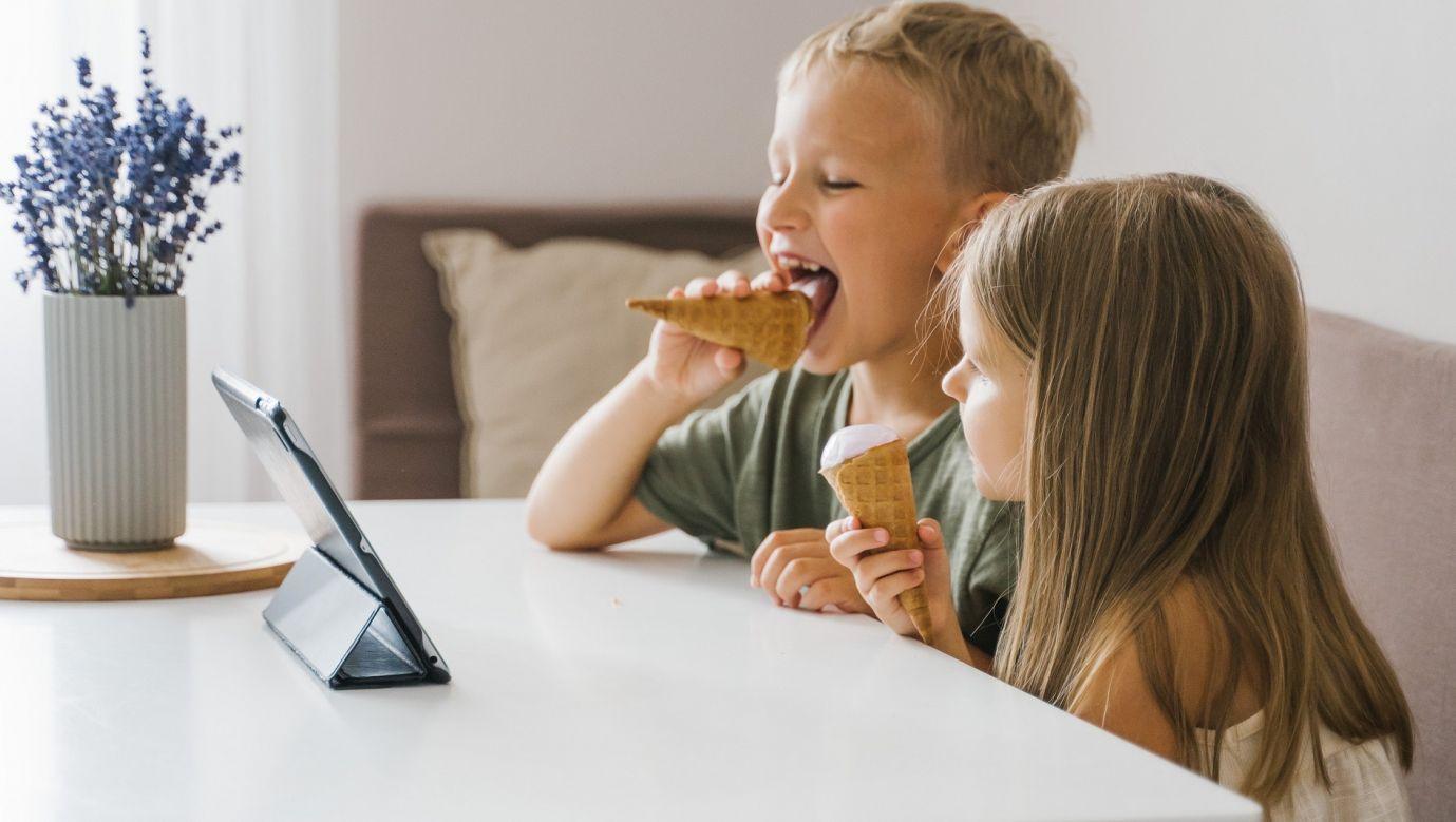 """Na """"polskich"""" kanałach na YouTube Kids pojawiają się wideo z nieoznaczonymi reklamami słodyczy globalnych koncernów. Fot. Tima Miroshnichenko z Pexels"""