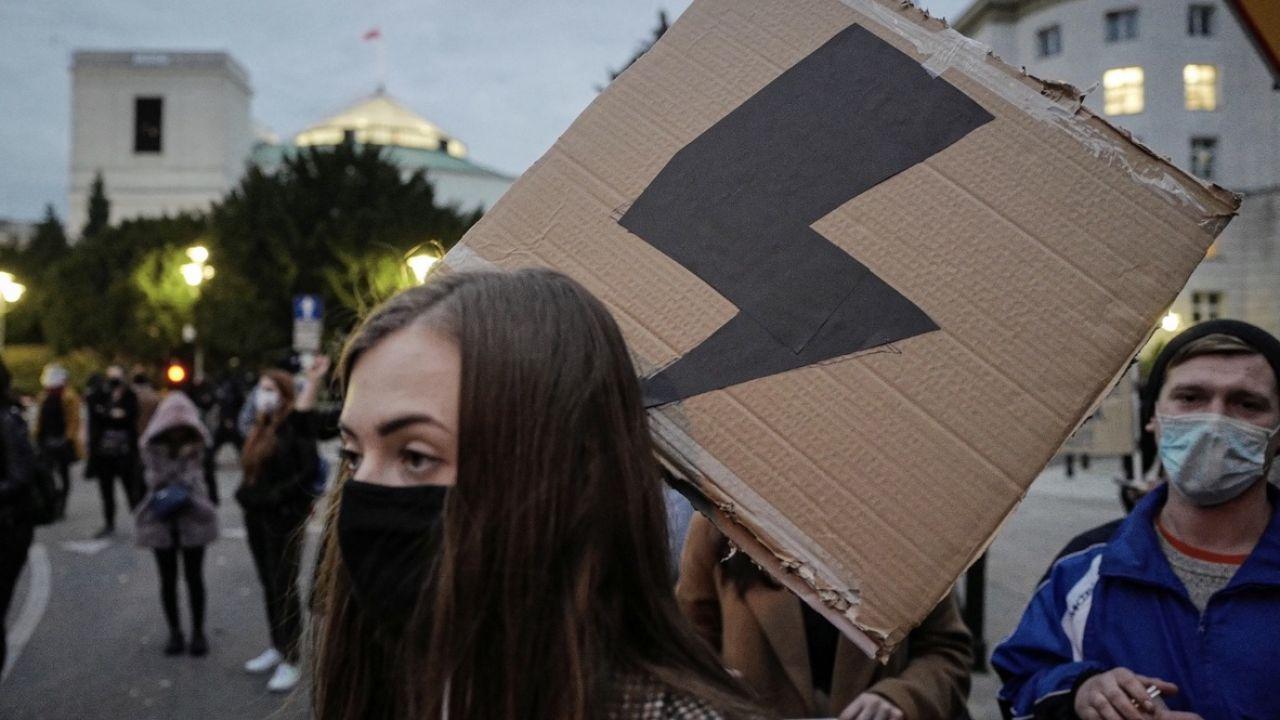 Manifestacja przed Sejmem w Warszawie, 27 bm (fot. PAP/Mateusz Marek)