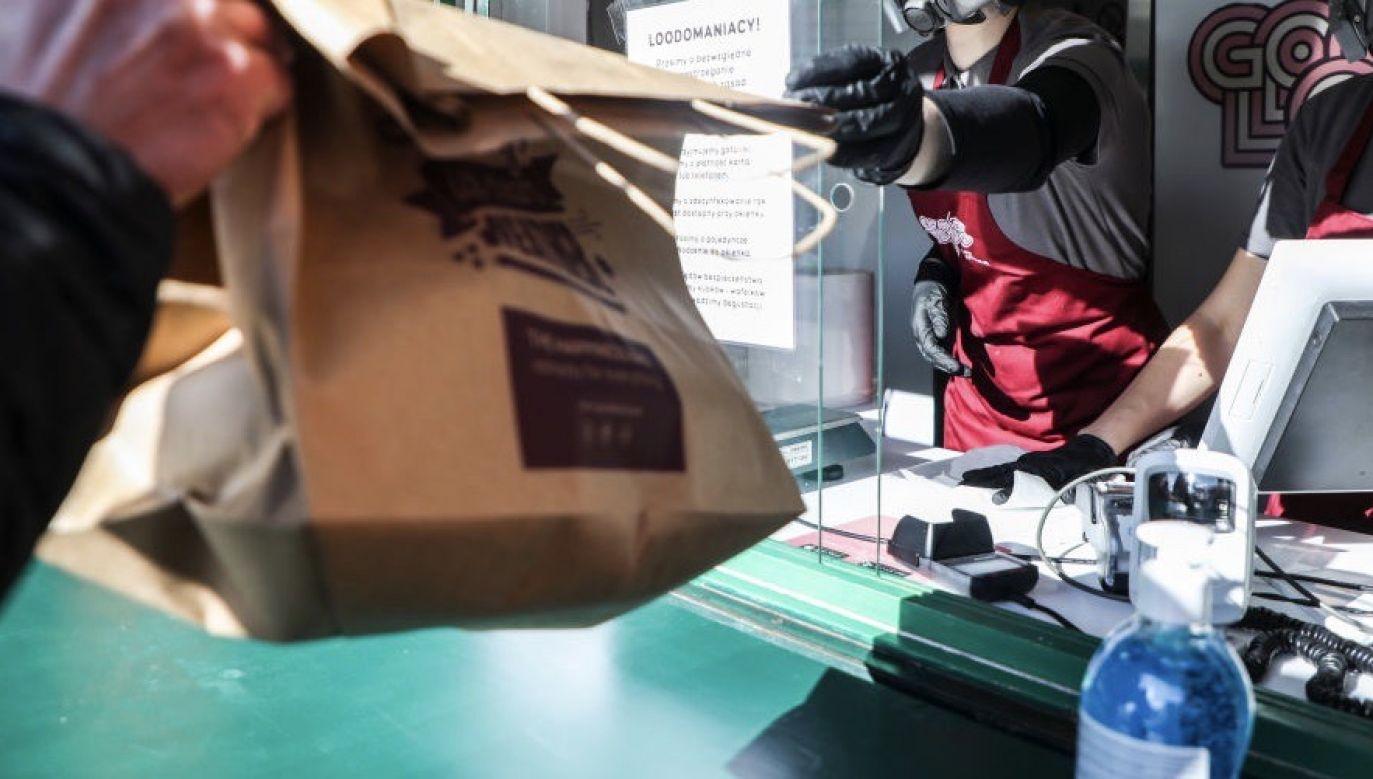 """Akcja """"Zakupy u swoich"""" ma pomóc polskim przedsiębiorcom podczas trudnego okresu zw. z koronawirusem (fot. Beata Zawrzel/NurPhoto via Getty Images)"""