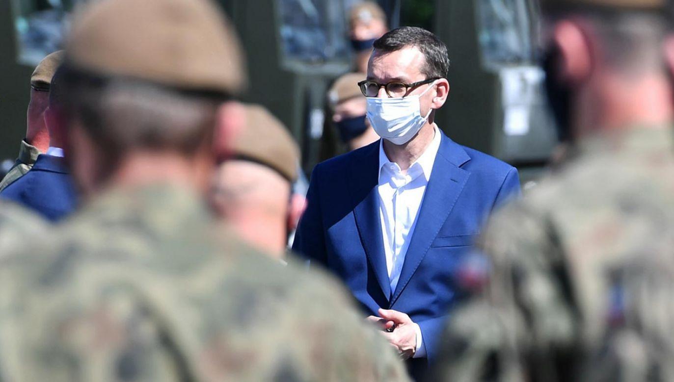 """Premier podziękował terytorialsom za to, że """"są na miejscu"""" (fot. PAP/Wojtek Jargiło)"""