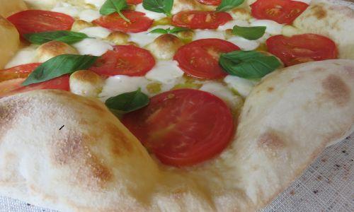 Uprawiamy również sałaty, zioła, pomidorki – do naszej pizzerii. Włoski kucharz Iwo sprzedał nam know-how i biznes całkiem nieźle się kręci. Fot. Zbigniew Drążkowski/Zasoby Emaus