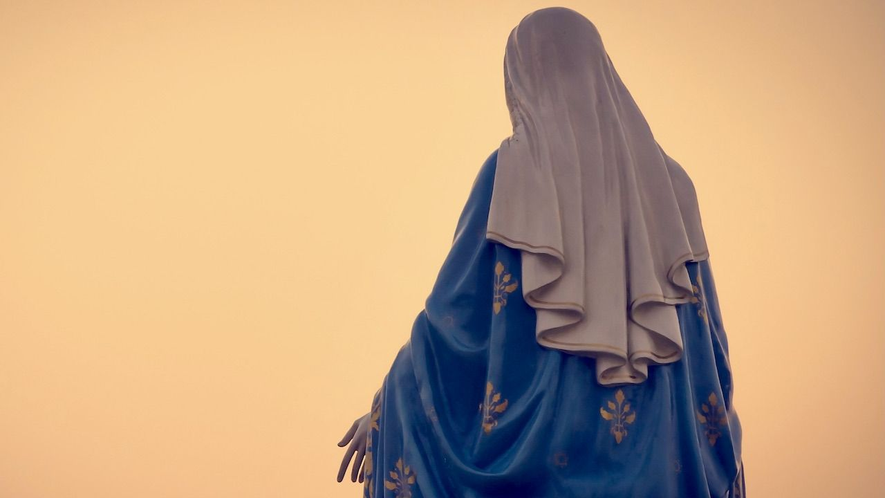 Profanacja figurki Matki Bożej (fot. Shutterstock/ littlekop)