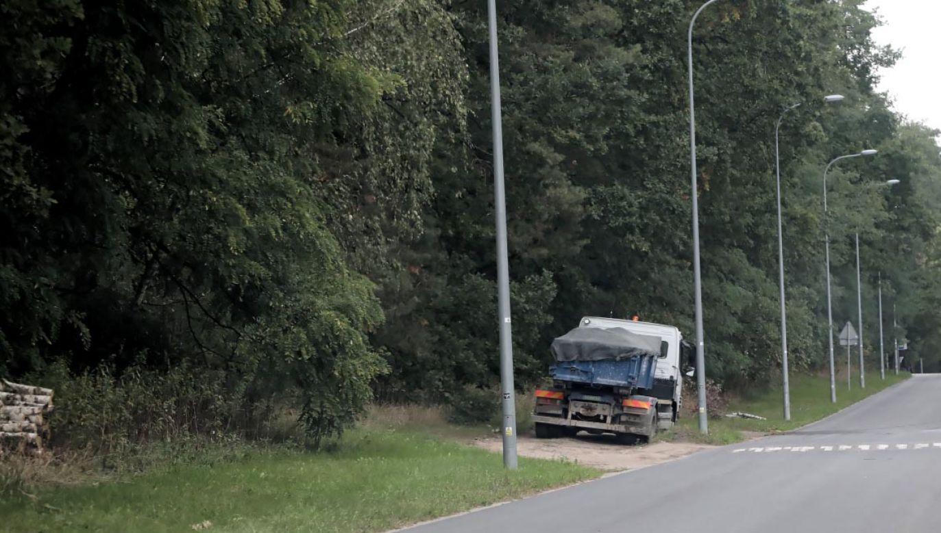 Odpady z oczyszczalni ścieków Czajka są wywożone ciężarówkami (fot. PAP/Piotr Mateusz)