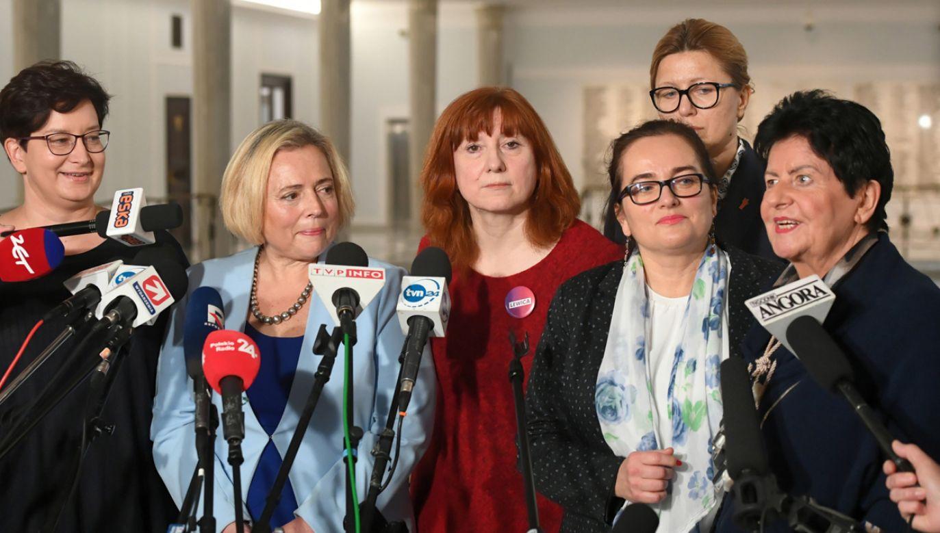 Posłanki Lewicy po spotkaniu z Marszałkinią Sejmu Elżbietą Witek ws. stosowania feminatów w oficjalnych materiałach sejmowych  (fot. PAP/Radek Pietruszka)