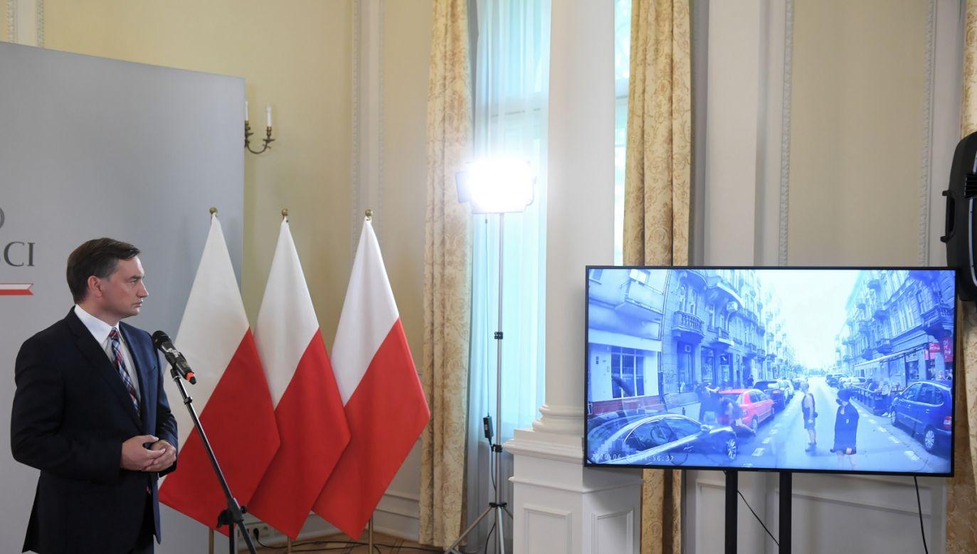 Minister sprawiedliwości Zbigniew Ziobro odtworzył film, na którym nagrano całe zajście (fot.PAP/Radek Pietruszka)