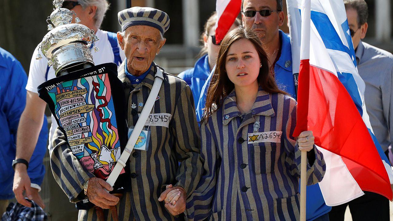 """Ocalały z Holokaustu Edward Mosberg na dorocznym """"Marszu Żywych"""" dla upamiętnienia Holokaustu w byłym niemieckim, nazistowskim obozie śmierci Auschwitz, w Oświęcimiu (fot. REUTERS/Kacper Pempel)"""