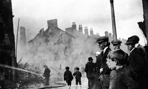 Około 1920 r . Strażacy zajmujący się skutkami zamieszek w Lisburn w hrabstwie Down podczas irlandzkiej wojny o niepodległość. Fot.  Sean Sexton / Getty Images