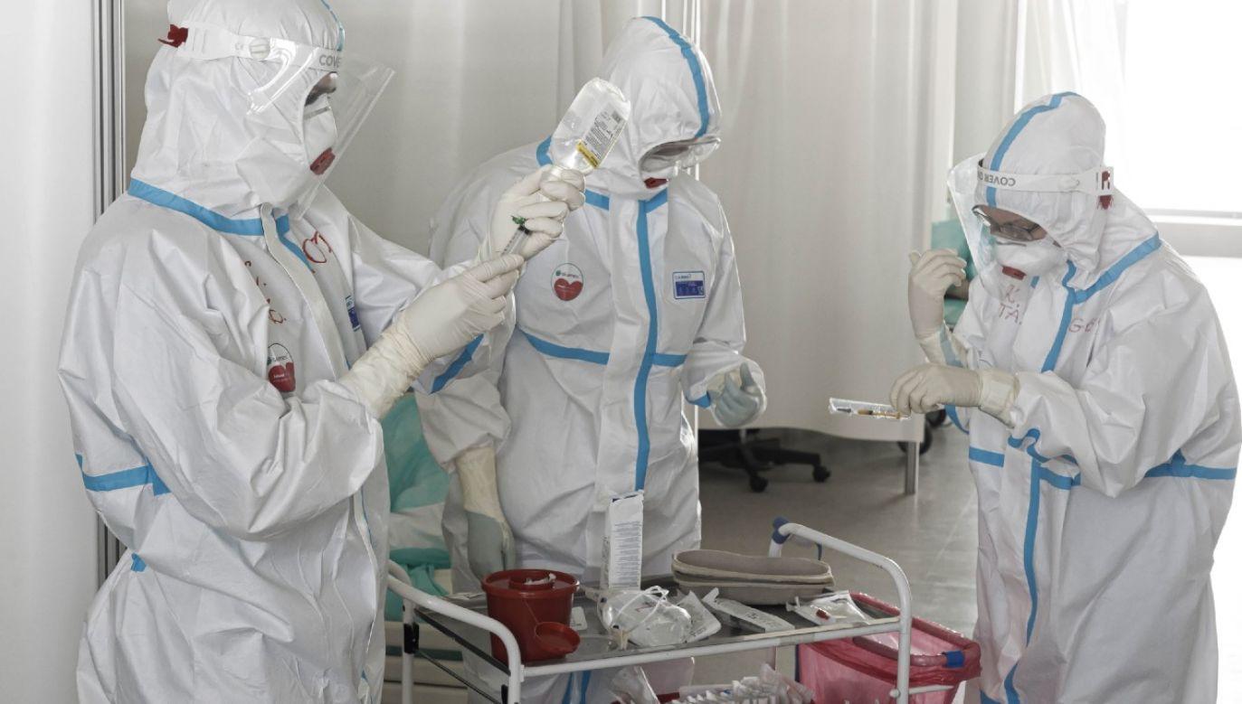 Służba zdrowia jest na pierwszej linii frontu w walce z pandemią (fot. PAP/Aleksander Koźmiński)