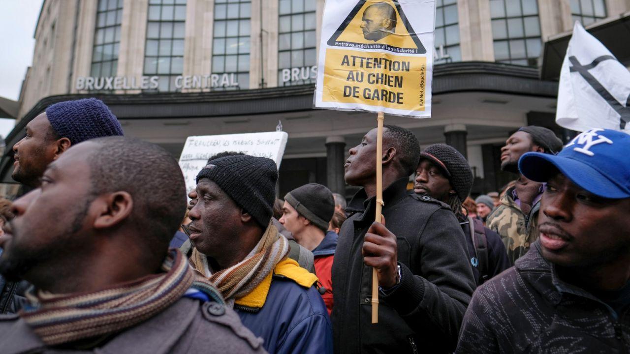 Zdaniem kryminologów wysoka przestępczość wśród migrantów  wynika z braku perspektyw na uzyskanie azylu (fot. PAP/EPA/OLIVIER HOSLET)