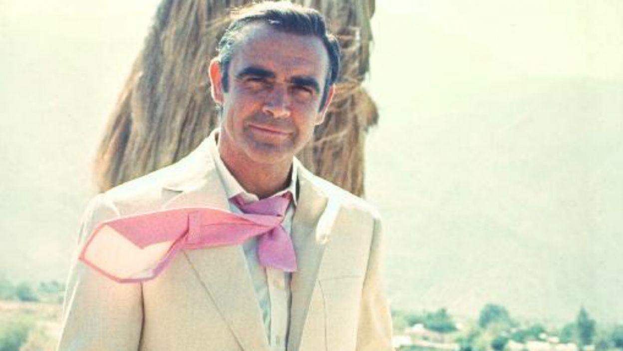 """Ten uśmiech skradł serca milionom kobiet. Na planie """"Diamenty są wieczne"""" z 1971 roku (fot. TVP)"""