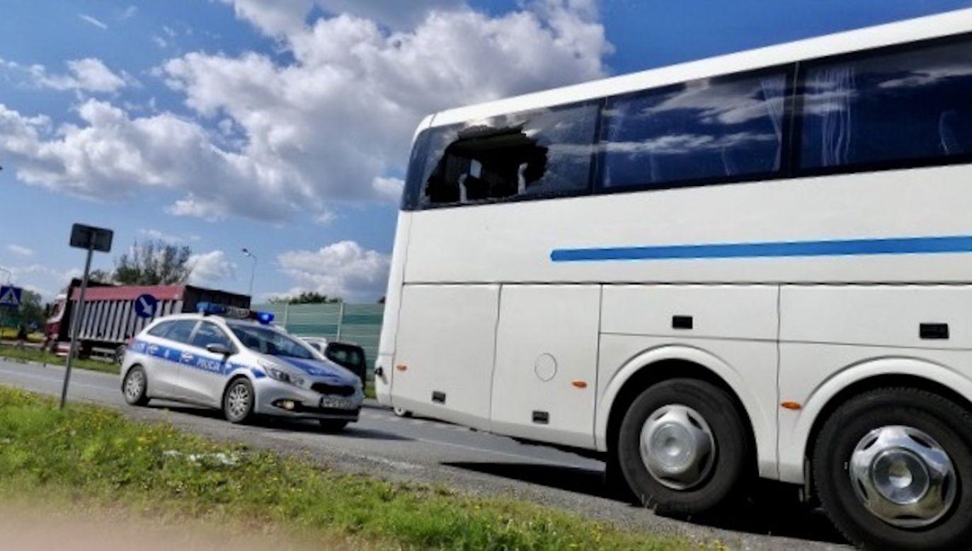 Pasażer wziął młoteczek, który znajdował się przy oknie, wybił szybę i wyskoczył  w momencie kiedy autobus zbliżał się do ronda i nie miał dużej prędkości (fot. policja.pl)