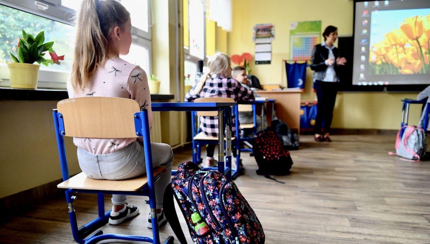 W związku z epidemią od 12 marca zawieszone są zajęcia stacjonarne w szkołach (fot. PAP/Darek Delmanowicz)