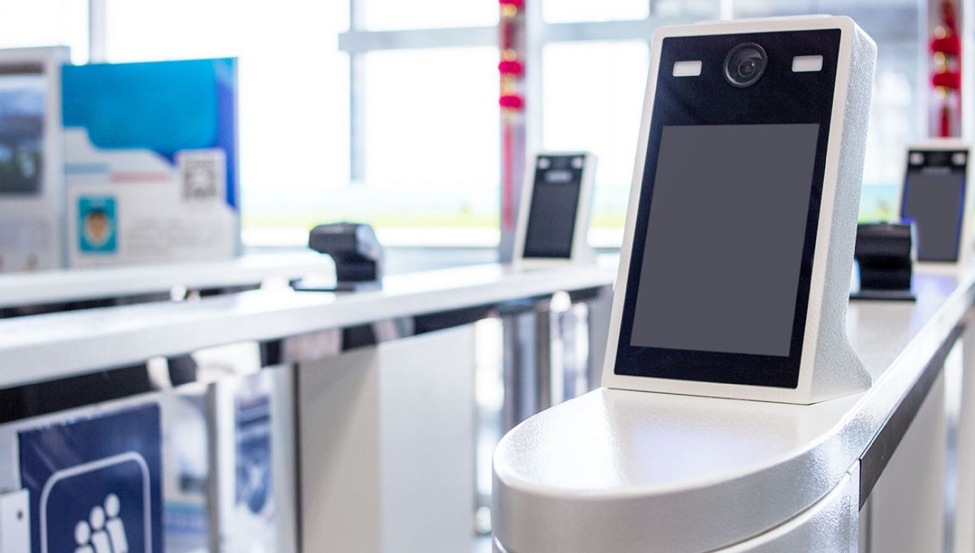 Żeby skorzystać z nowych bramek, trzeba posiadać paszport biometryczny lub nowy e-dowód (fot. Shutterstock/LDWYTN, zdjęcie ilustracyjne)