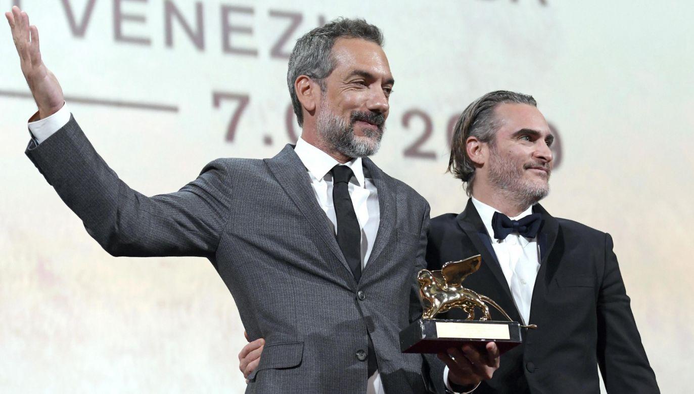 """Reżyser """"Jokera"""" Todd Phillips i odtwórca tytułowej roli w filmie Joaquin Phoenix po odebraniu nagrody (fot. PAP/EPA/CLAUDIO ONORATI)"""