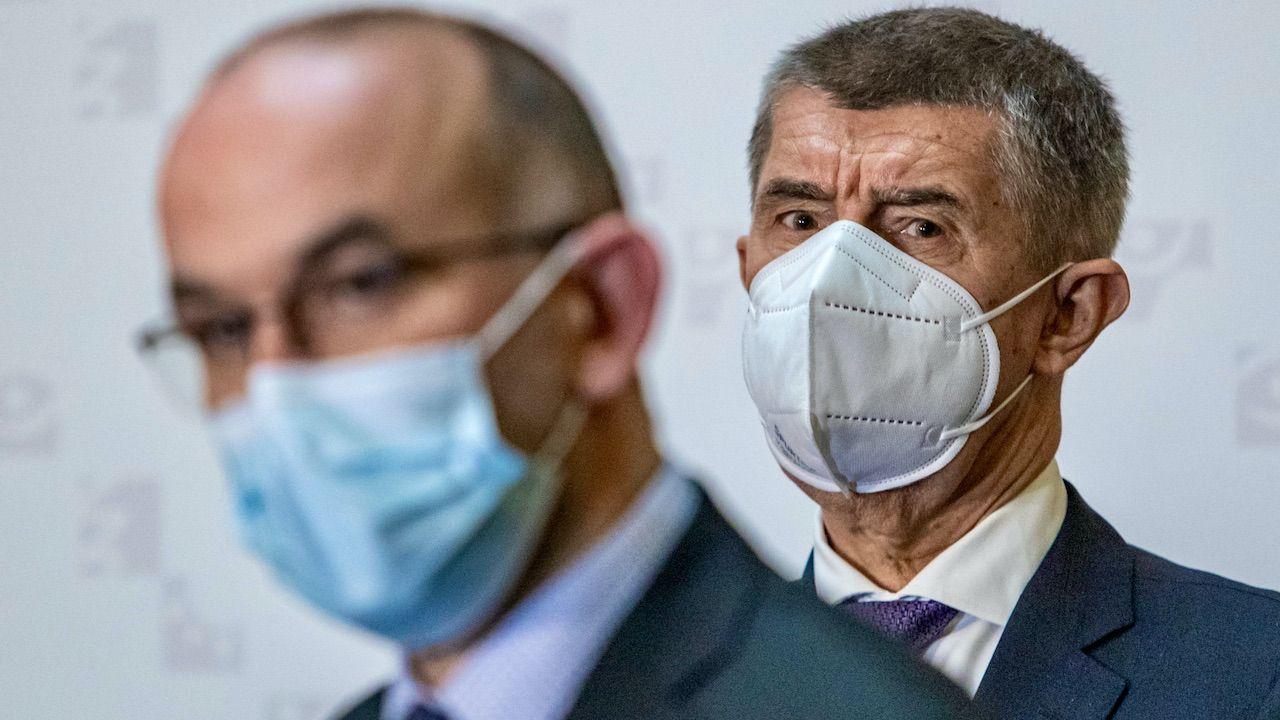Minister zdrowia Jan Blatny (L) i premier Czech Andrej Babis (P) (fot. PAP/EPA/M.DIVISEK)