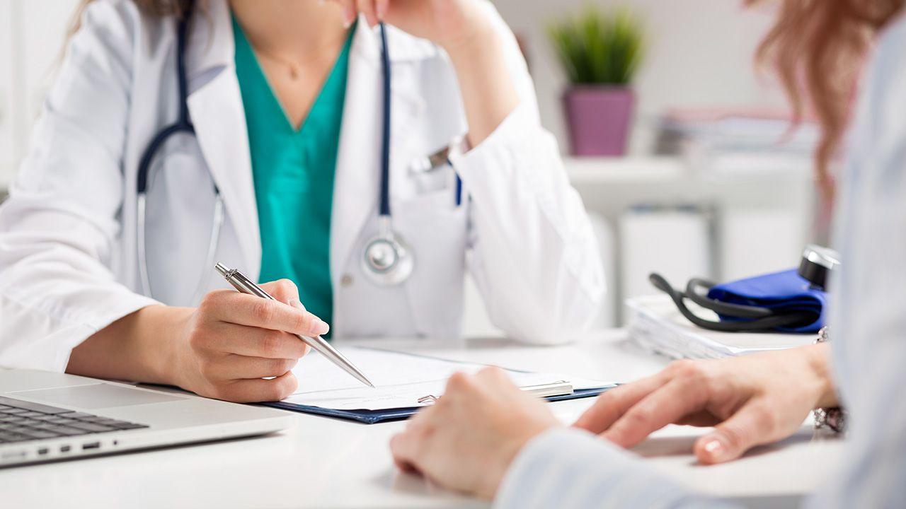 NFZ zwiększa stawki wycen pierwszych wizyt u części lekarzy specjalistów (fot. Shutterstock/ldutko)