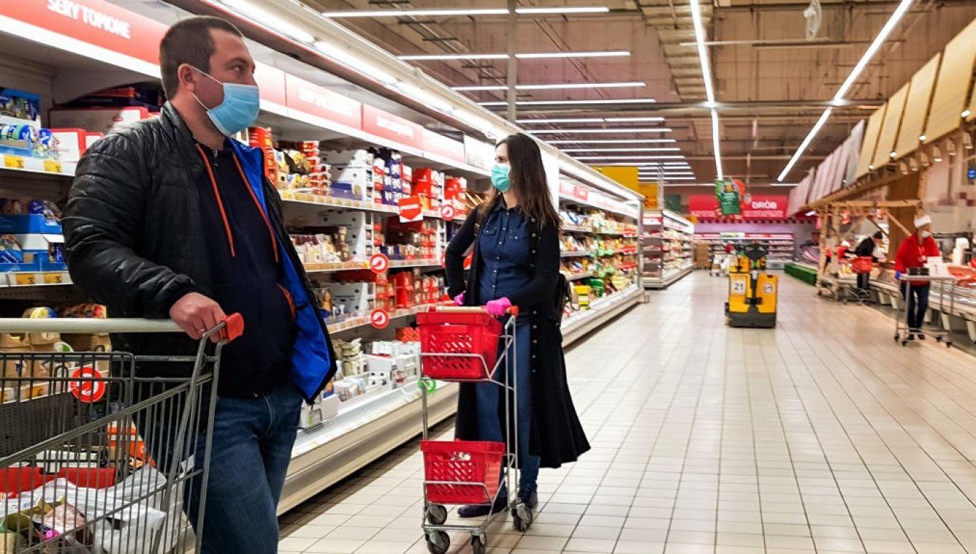 Zakaz nie obowiązuje m.in. w cukierniach, lodziarniach, na stacjach paliw płynnych, w kwiaciarniach, w sklepach z prasą, kawiarniach (fot. Beata Zawrzel/NurPhoto via Getty Images)