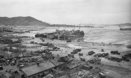 Lądowanie wojsk gen. Douglasa MacArthura w porcie Inchon, za linią wroga, zaskoczyło Koreańczyków z północy i zakończyła ich inwazję na południe. 1950 r. Fot. Getty Images