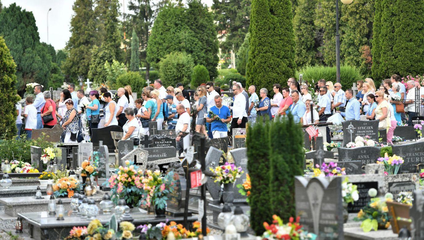 W kaplicy cmentarza w Żarowie 10-letnią Kristinę żegnała jedynie rodzina. Ceremonia zgromadziła jednak setki osób (fot. PAP/Maciej Kulczyński)