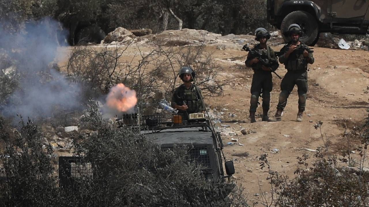 Żołnierze otworzyli ogień do idącego cywila (fot. PAP/EPA/ALAA BADARNEH)