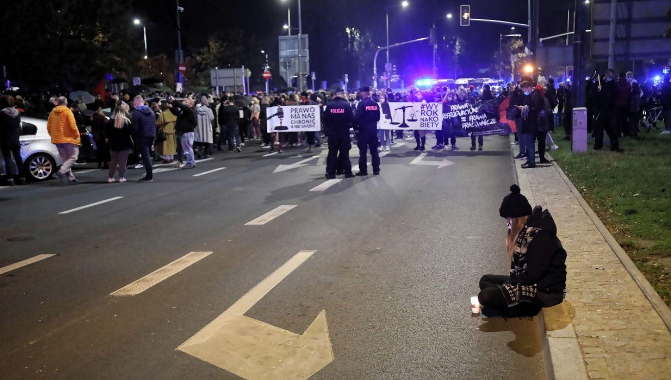 Demonstranci nie zgadzają się z orzeczeniem Trybunału Konstytucyjnego (fot. PAP/Wojciech Okluśnik)