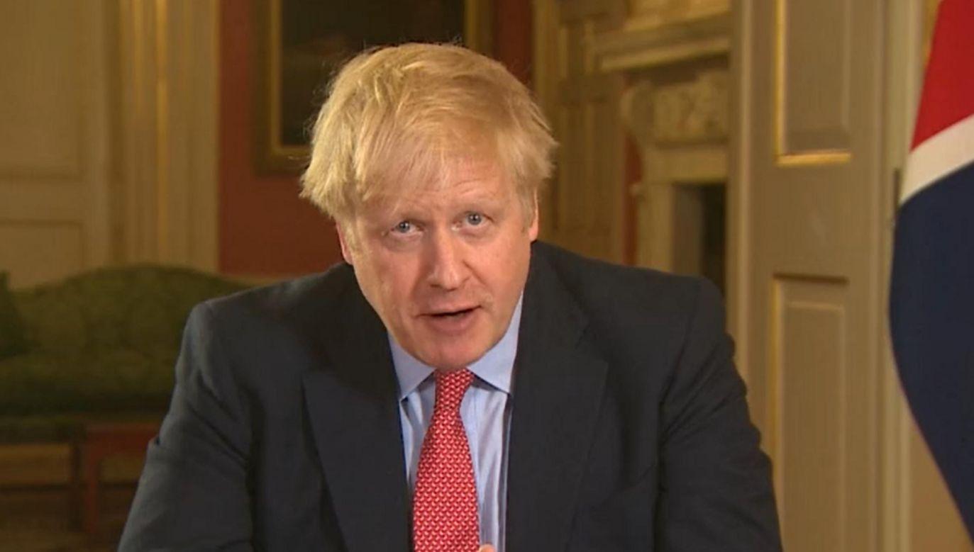 Premier Wielkiej Brytanii Boris Johnson w trakcie orędzia do obywateli Zjednoczonego Królestwa dot. epidemii (fot. PA Video/PA Images via Getty Images))