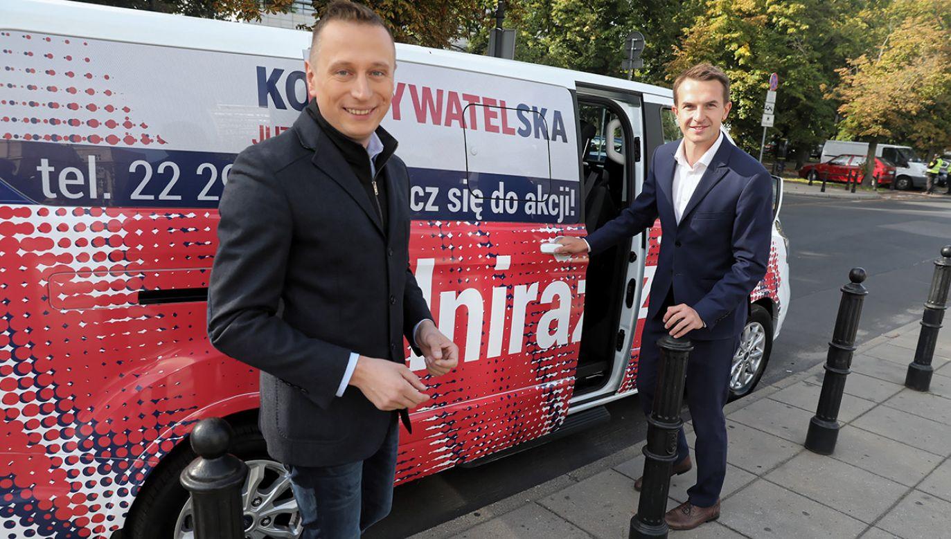 """Hasło """"Silni razem"""" w poniedziałek pod Sejmem zaprezentowali posłowie KO Krzysztof Brejza i Adam Szłapka (fot. PAP/Tomasz Gzell)"""