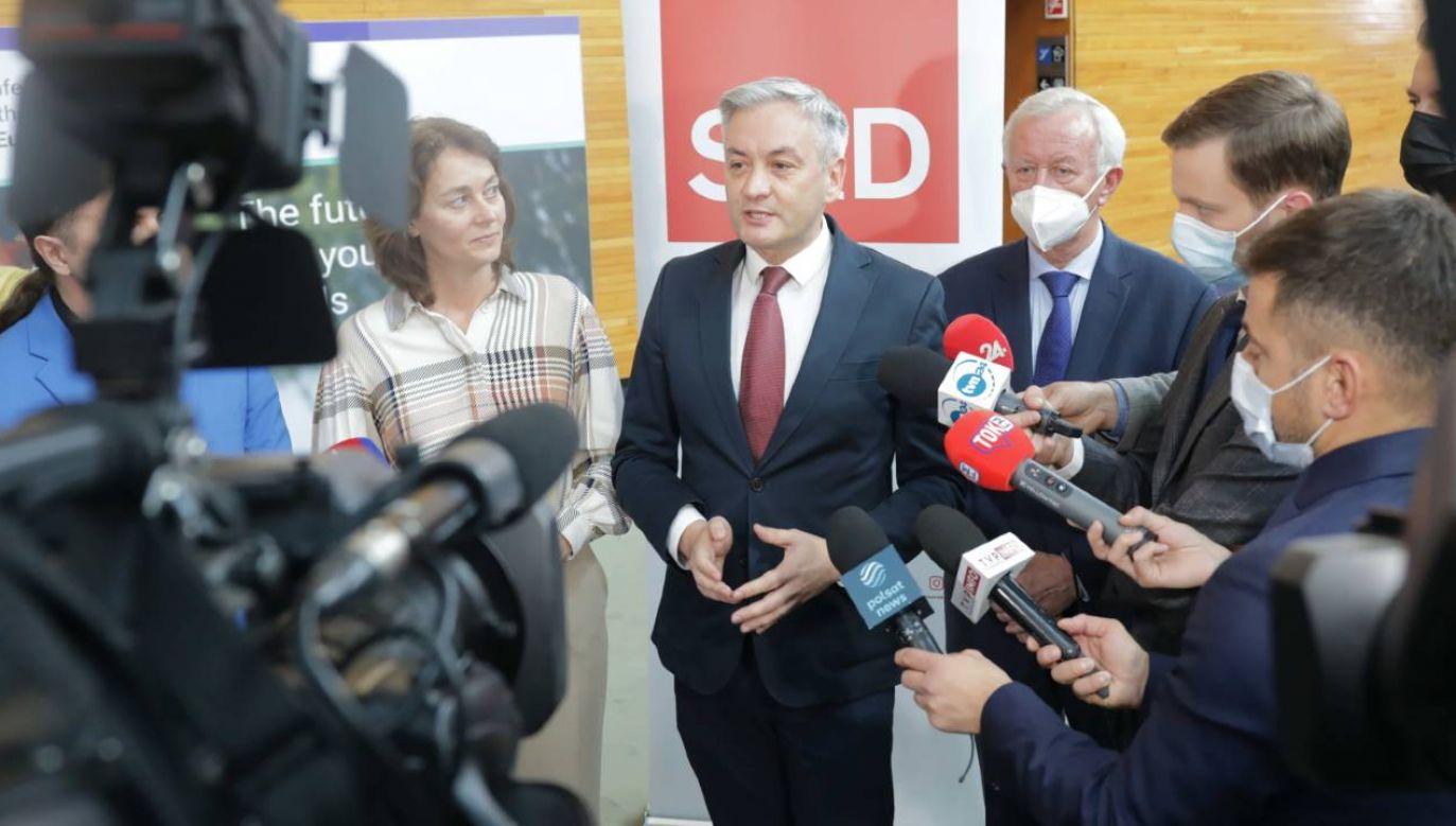 Europosłowie Lewicy Robert Biedroń oraz Bogusław Liberadzki podczas wypowiedzi dla mediów (fot. PAP/Albert Zawada)