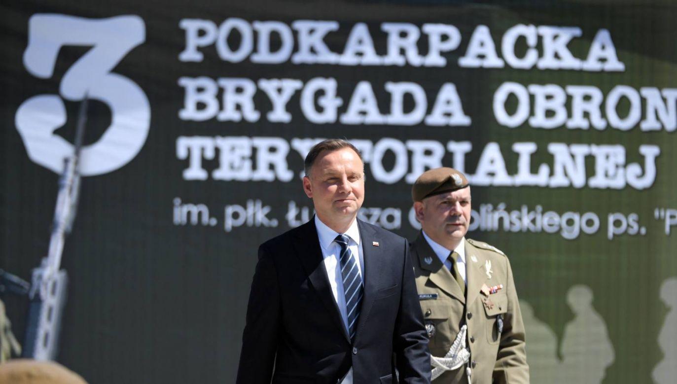 Prezydent Andrzej Duda (L) i dowódca WOT gen. dyw. Wiesław Kukuła (P) podczas uroczystości w Nowej Dębie (fot. PAP/Darek Delmanowicz)