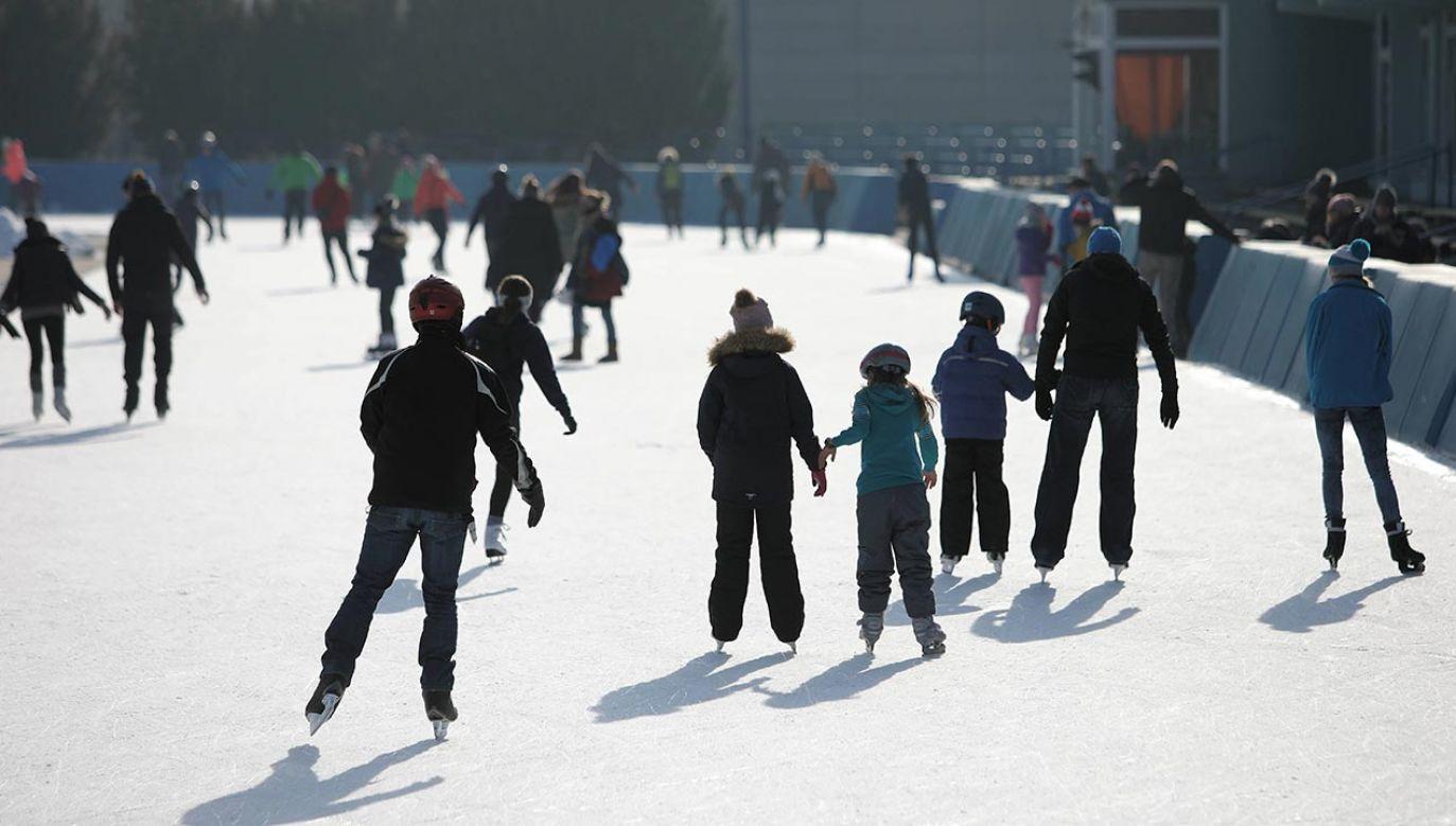 Miasto rozważa wpuszczanie osób indywidualnych na tor łyżwiarski Stegny (fot. PAP/Leszek Szymański)