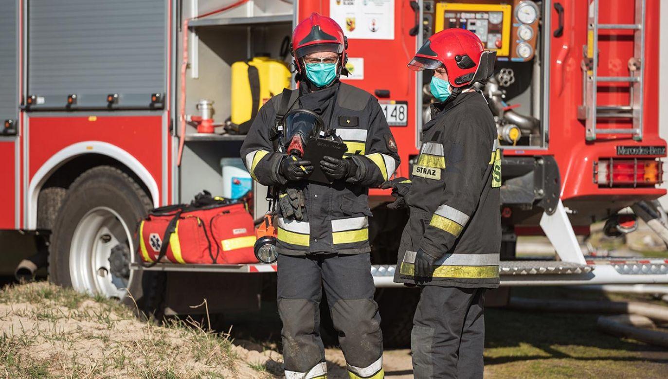 """Jednostka funkcjonuje normalnie, a zakażony strażak czuje się """"w miarę dobrze"""" (fot. Shutterstock/Dziurek)"""