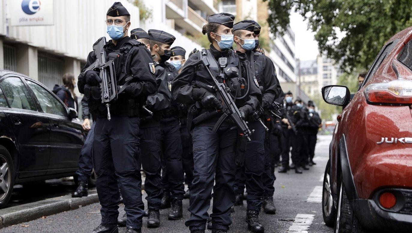 """Do sytuacji doszło w pobliżu dawnej siedziby redakcji tygodnika """"Charlie Hebdo"""" (fot. PAP/EPA/IAN LANGSDON)"""