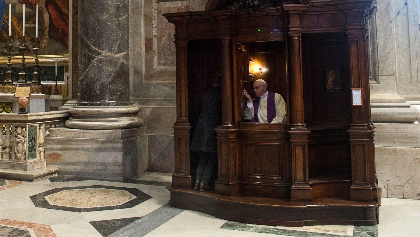 Papież Franciszek w konfesjonale bazyliki Św. Piotra w Rzymie w marcu 2014. Fot. Maurix/Gamma-Rapho via Getty Images