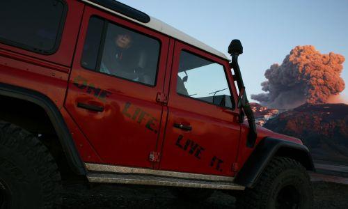 Wybuch  wulkanu Eyjafjallajökull na Islandii. Lawina wypływa z rozżarzonego krateru, który wypluwa tefrę (popół wulkaniczny), tworząc chmurę pyłu dryfującą w kierunku Europy kontynentalnej, 10 maja 2010 roku w pobliżu Reykjaviku. Fot. Etienne De Malglaive / Getty Images