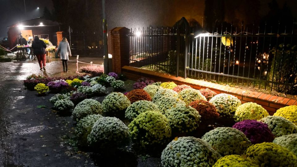 Cmentarze zamknięte, sprzedawcy zostali z chryzantemami. Potrzebna pomoc wieszwiecej - tvp.info