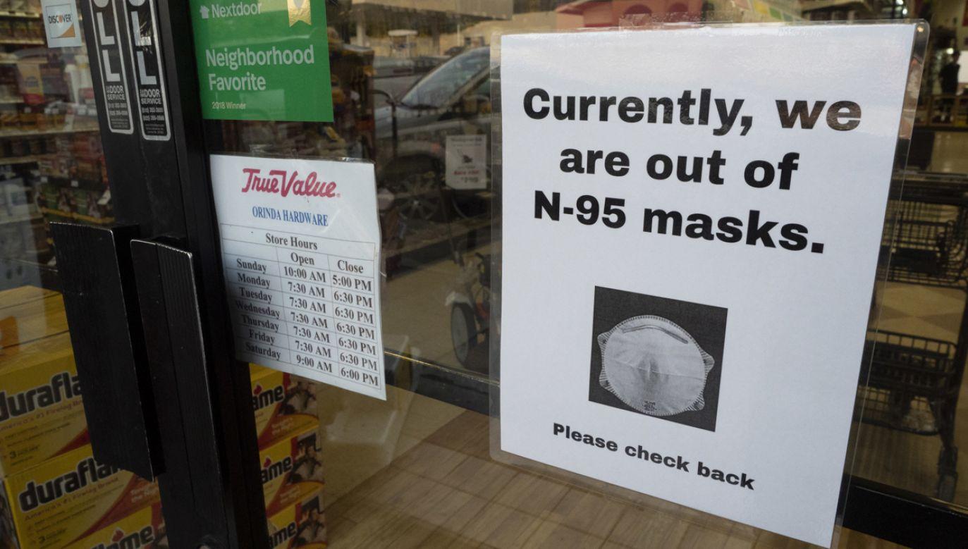 W Kalifornii brakuje już w sklepach masek ochronnych (fot. PAP/EPA/JOHN G. MABANGLO)