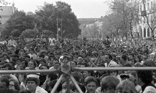 Na spotkanie z Ojcem Świętym stawiły się tłumy. Po mszy Jan Paweł II poświęcił krzyże. Fot. PAP/Bogdan Łopieński