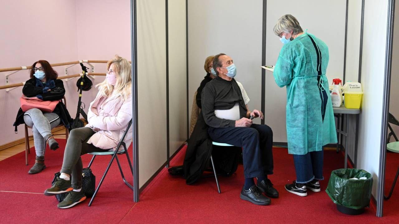 Szczepienia we Francji nabierają tempa (fot. PAP/EPA/ MAXPPP OUT)