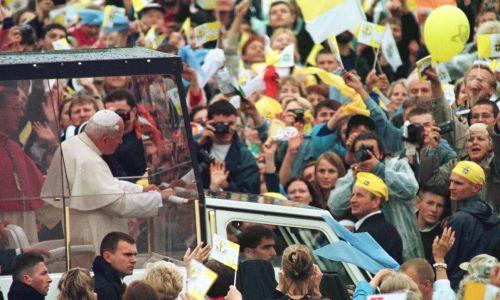 Przejazd papieża wśród tłumu wiernych uczestniczących w mszy św. w Starym Sączu. Fot. PAP, Tomasz Gzell