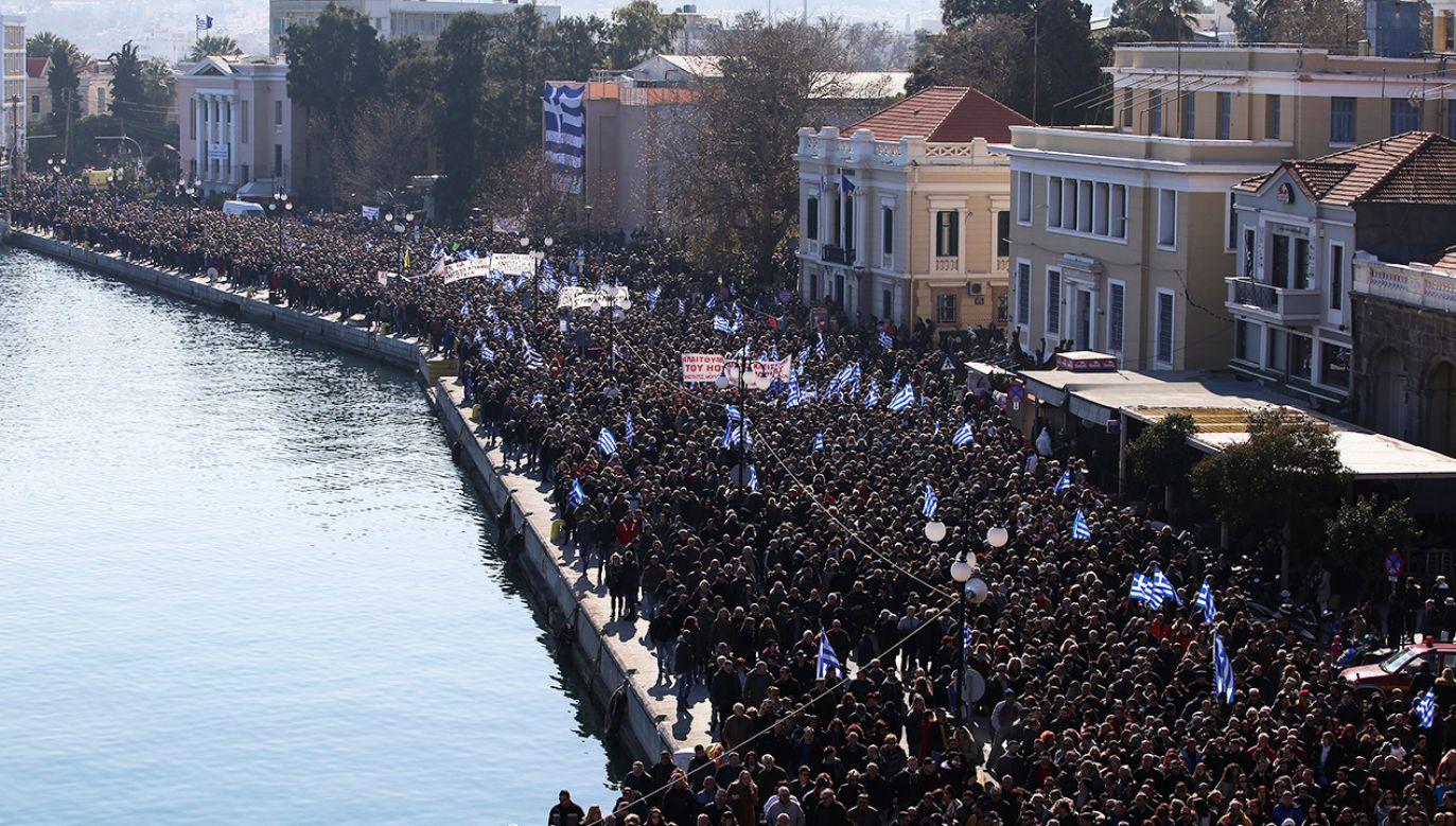 Mieszkańcy uważają, że uchodźcy powinni być rozmieszczeni w całej Grecji, a nie tylko na wyspach (fot. Reuters/Elias Marcou)