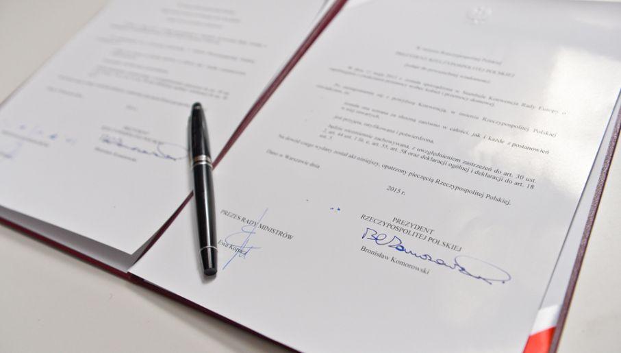 Prezydent Bronisław Komorowski ratyfikował konwencję Rady Europy o zapobieganiu i zwalczaniu przemocy wobec kobiet i przemocy domowej (fot. PAP/Marcin Obara)
