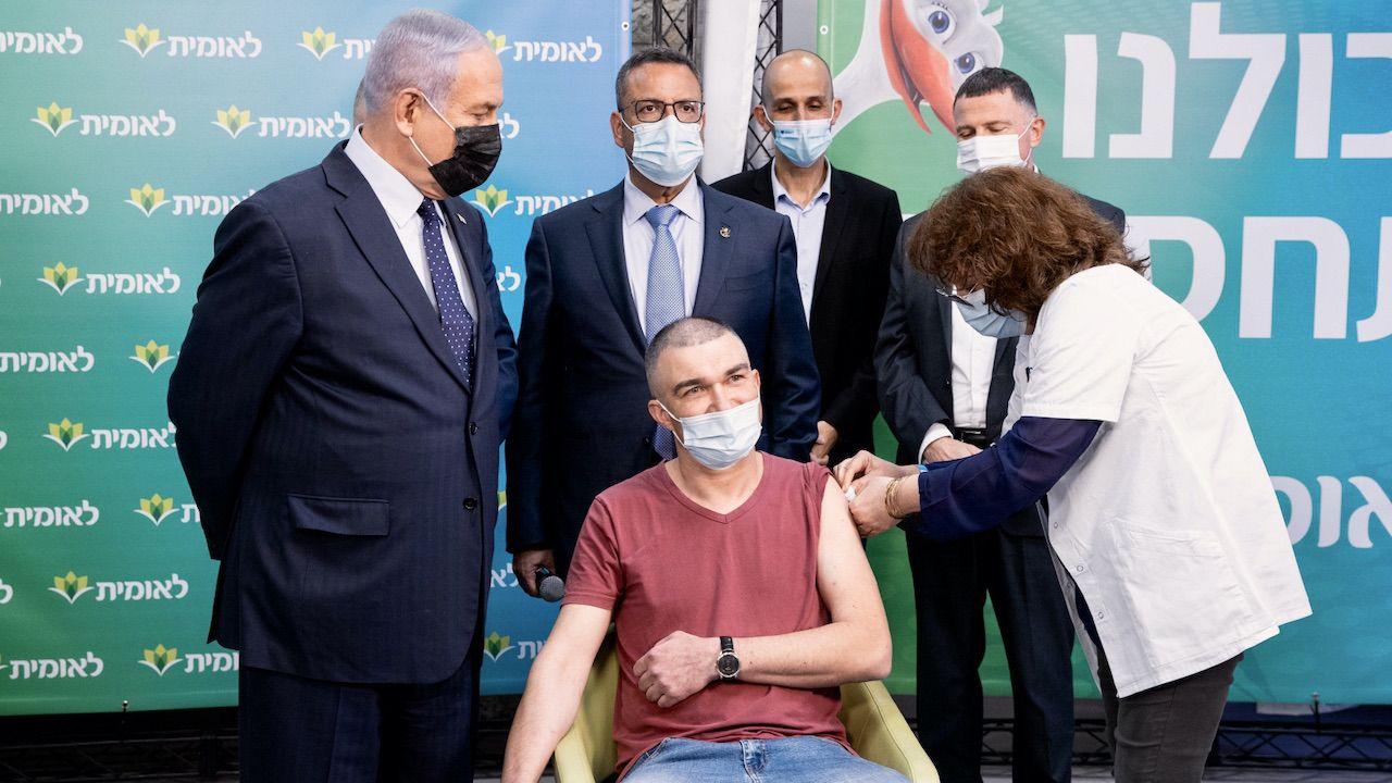 Jedna trzecia ludności Izraela została już zaszczepiona (fot. PAP/EPA/ALEX KOLOMOISKY)