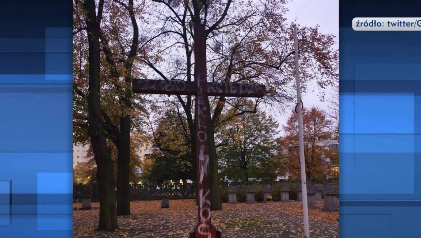 Nieznany sprawca zdewastował krzyż na Cmentarzu na Zaspie w Gdańsku, gdzie leżą bohaterowie z II wojny światowej (fot. TVP INFO)