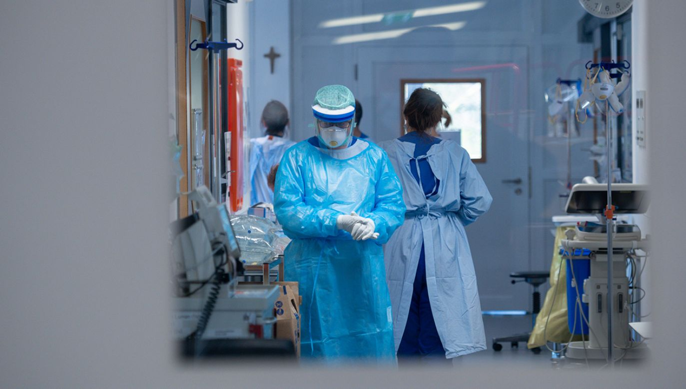 W sumie liczba zakażonych koronawirusem w Polsce wynosi 2554 osób (fot. Sascha Schuermann/Getty Images)