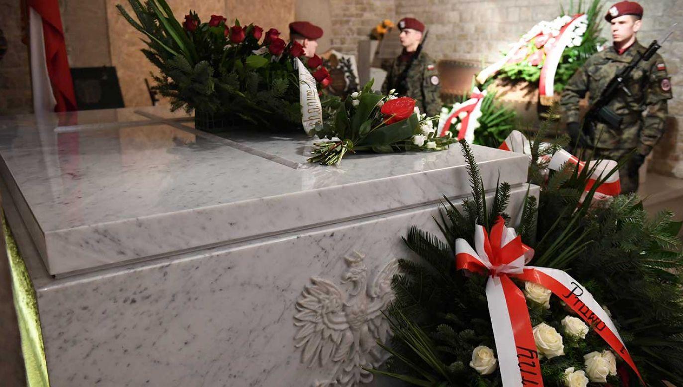 Jarosław Kaczyński odwiedza grób pary prezydenckiej 18. dnia każdego miesiąca (fot. arch.PAP/Jacek Bednarczyk)