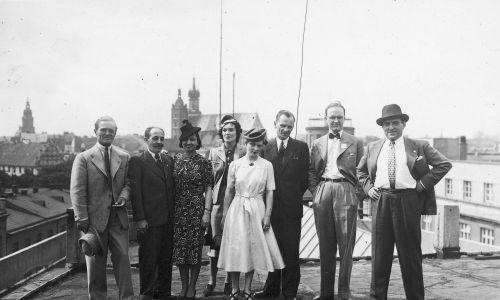 Artyści kabaretu na dachu Pałacu Prasy w 1938. Pierwszy z lewej Adolf Dymsza. Fot. NAC/IKC
