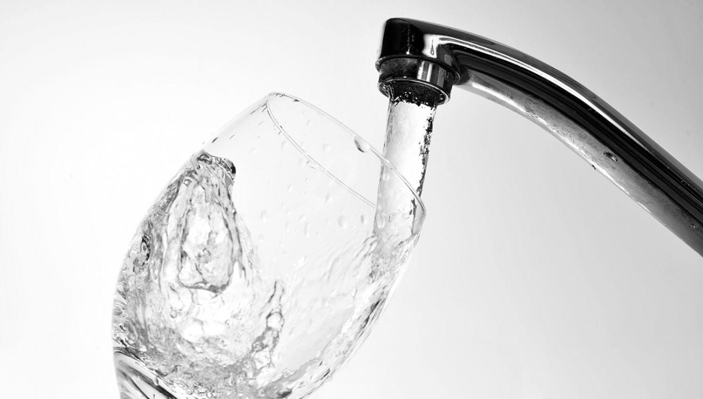 Do dołu wylano 6 tys. litrów alkoholu, który zanieczyścił płytką studnię (fot. Shutterstock/Denis Tabler)