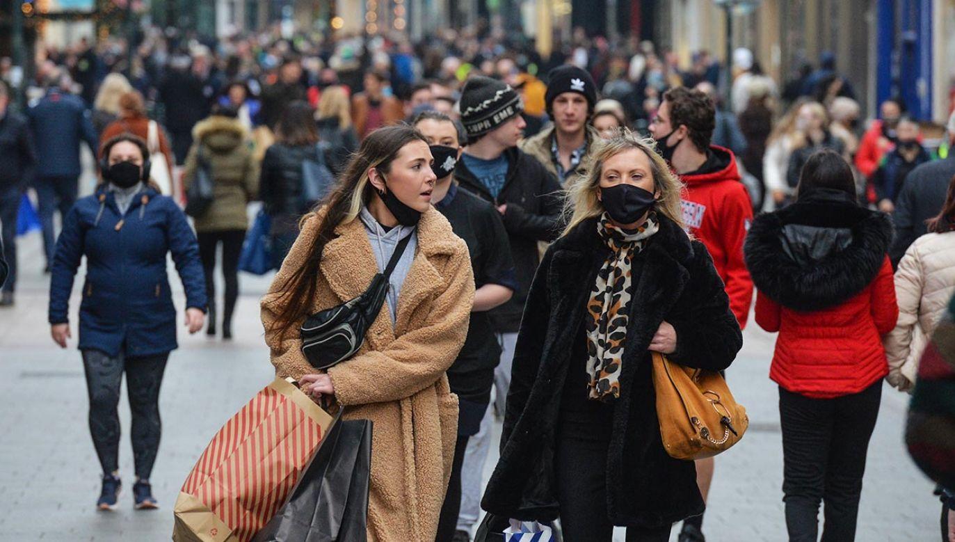 W przestrzeni publicznej wciąż obowiązuje zasłanianie ust i nosa oraz dystans (fot. Artur Widak/NurPhoto via Getty Images)