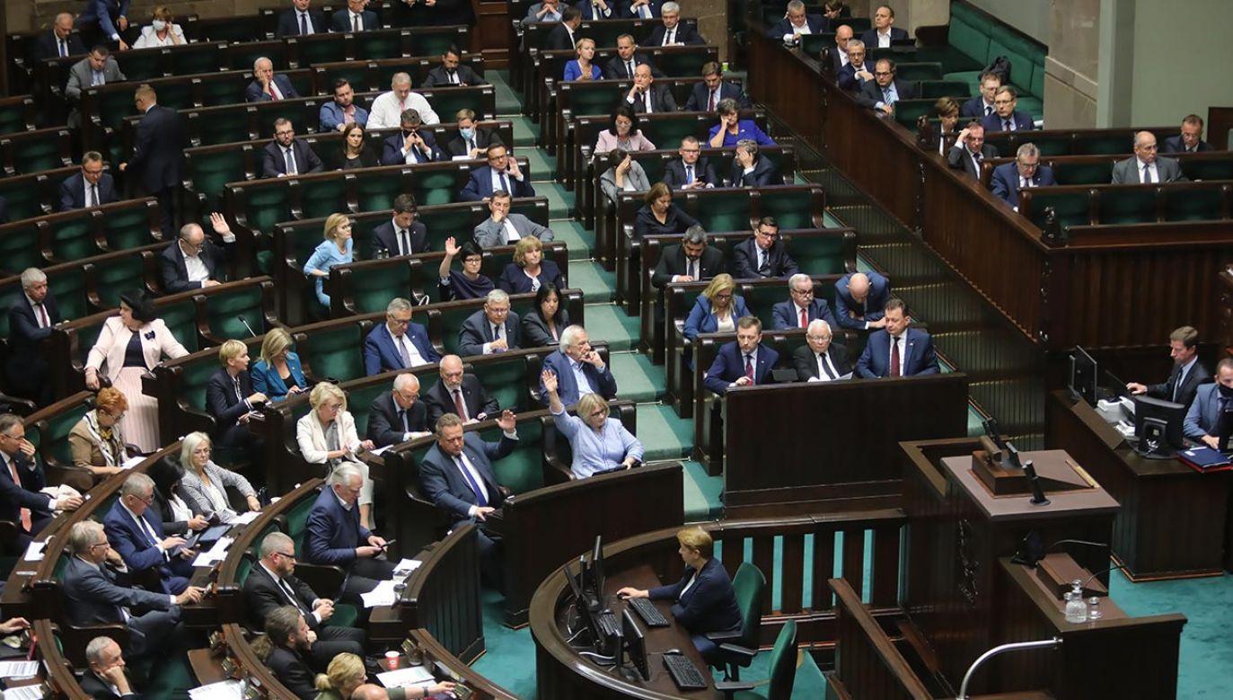 Na Zjednoczoną Prawicę zagłosowałoby 40 proc. badanych (fot. PAP/Wojciech Olkuśnik)